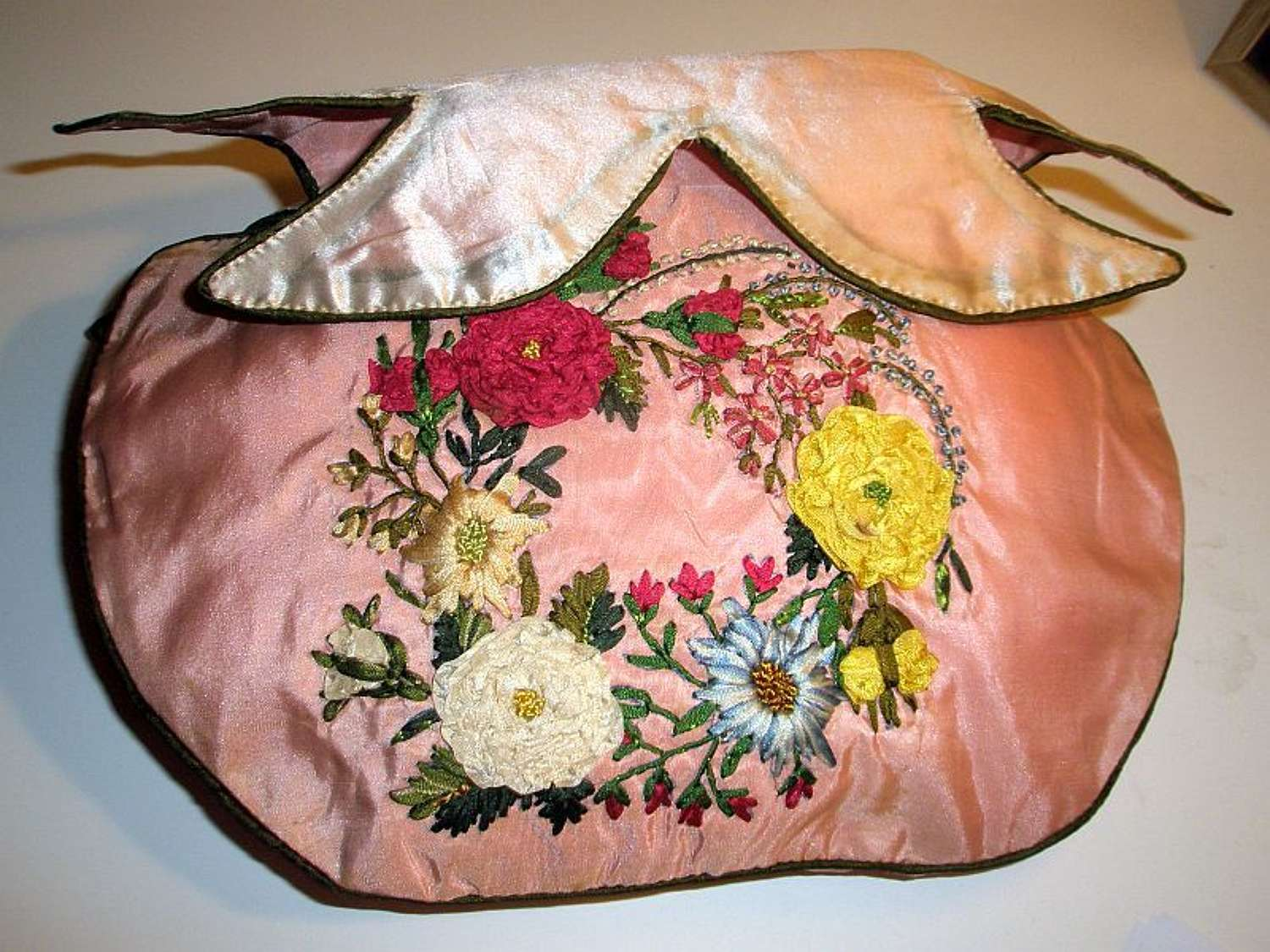 A pretty embroidered Regency reticule in pink silk. English ca. 1810