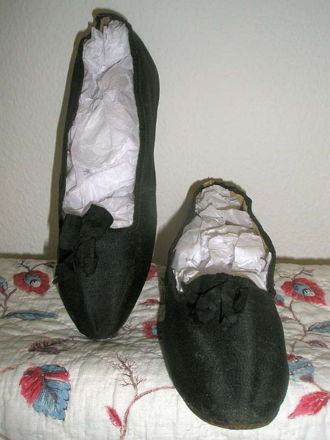 A good pair of early 19th century black silk shoes. 1805 - 1810