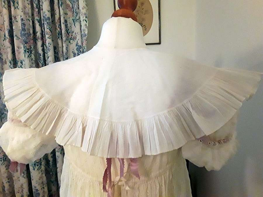 A plain white cotton deep collar with frill, ca. 1825