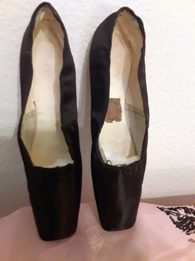 A superb pair of black silk satin dancing shoes. French 1830s